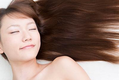 健康な髪と頭皮を取り戻す弱酸性の薬剤を使用